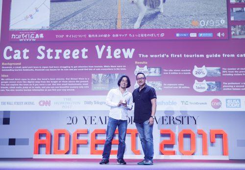 制作チームを代表してEFFECTIVE LOTUSを受け取るBBDO JAPAN本多正樹 (写真 左)
